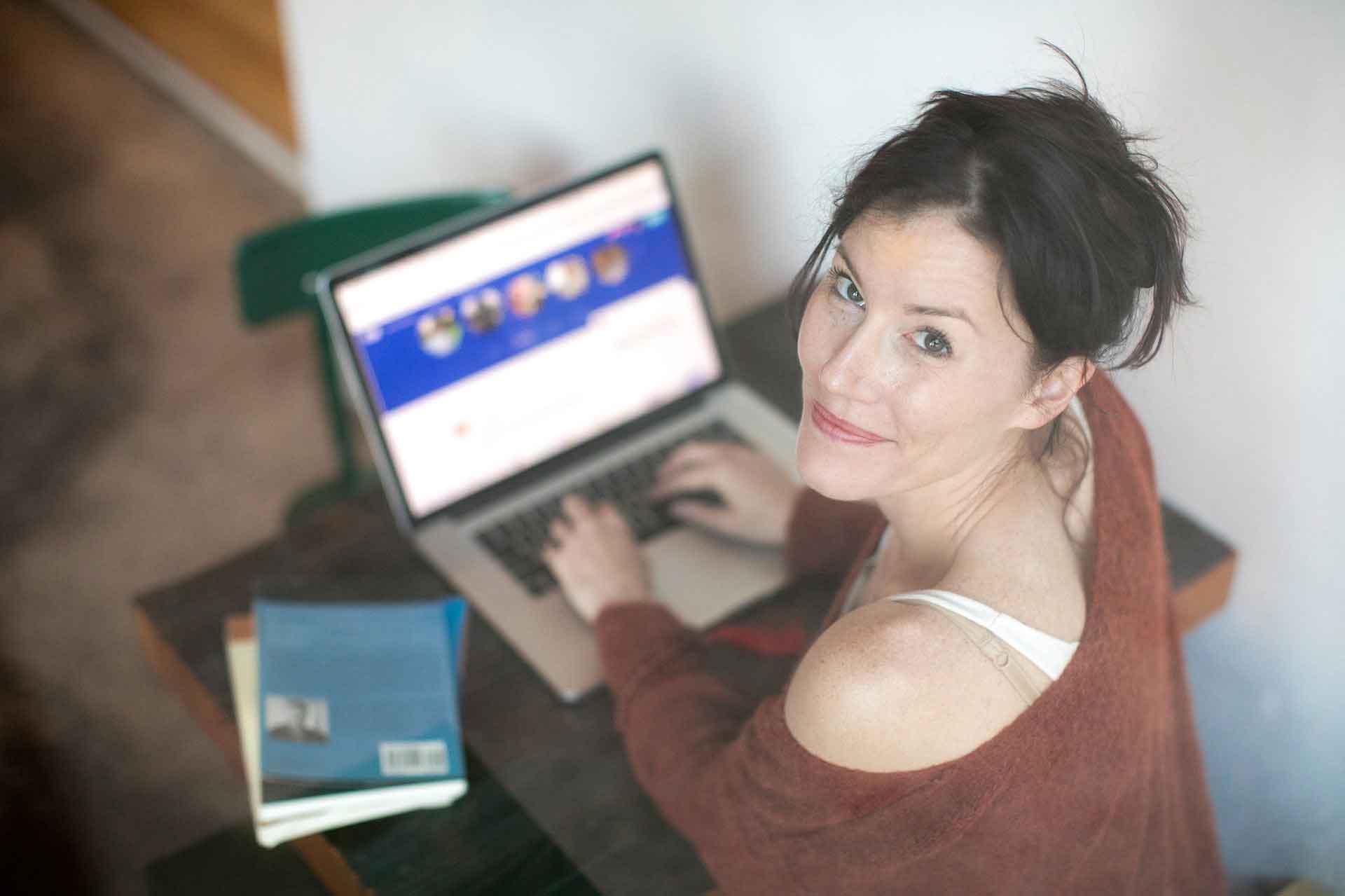 Frau erstellt ein Profil